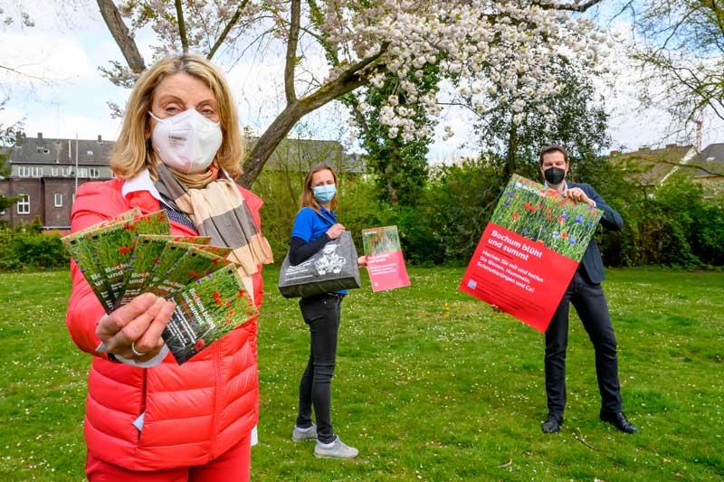 """Rita Brandenburg, Beate Sekula, und Oberbürgermeister Thomas Eiskirch präsentieren die Kampagne """"Bochum blüht uns summt"""". (Foto: Lutz Leitmann)"""