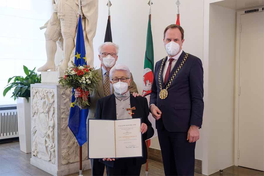 Dr. Yvonne Koch mit Dr. Herbert Koch und  Oberbürgermeister Dr. Stephan Keller (Foto: Stadt Düsseldorf/Uwe Schaffmeister)