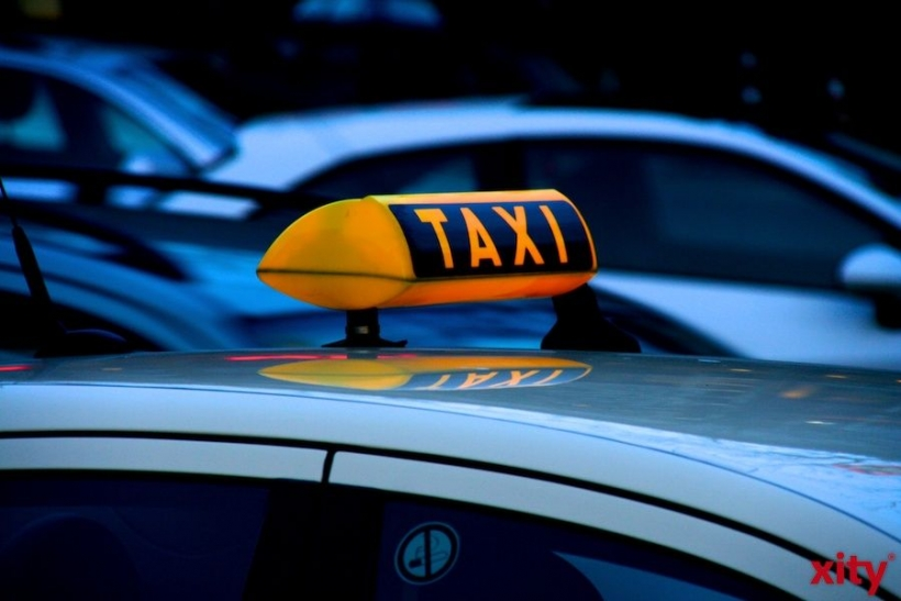 Düsseldorf: Taxi prallt in Wersten gegen Straßenbahn (Foto: xity)