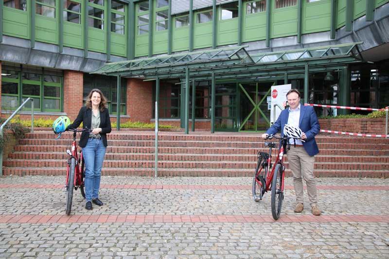 Landrat Dr. Kai Zwicker und Dr. Gerswid Altenhoff-Weber rufen zur Teilnahme am STADTRADELN 2021 auf. (Foto: Stadt Borken)