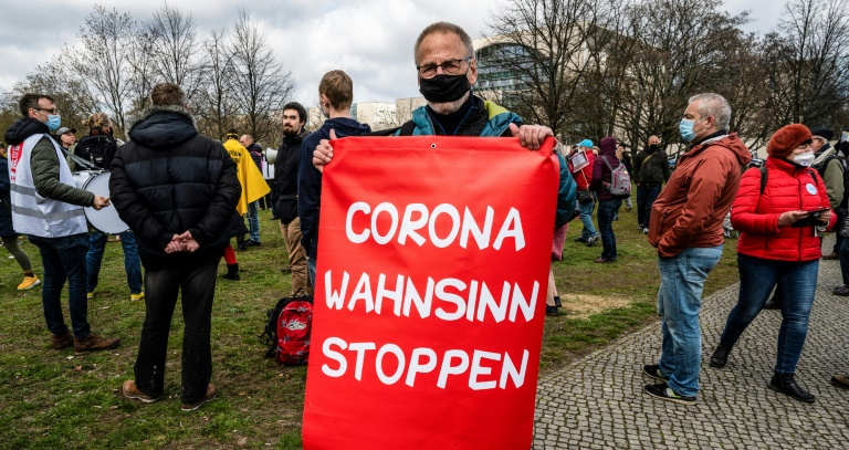 """Verfassungsschutz beobachtet bundesweit Gruppierungen der """"Querdenker""""-Bewegung (© 2021 AFP)"""