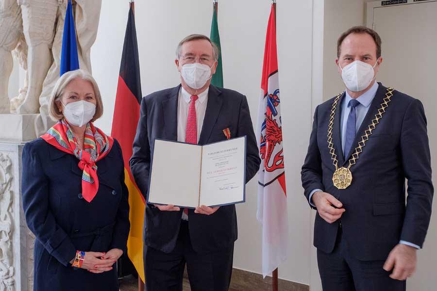 Prof. Dr. Jürgen Kluge bekam, in Begleitung seiner Ehefrau Gabriele Kluge, mit Oberbürgermeister Dr. Stephan Keller (Foto: Stadt Düsseldorf/Uwe Schaffmeister)