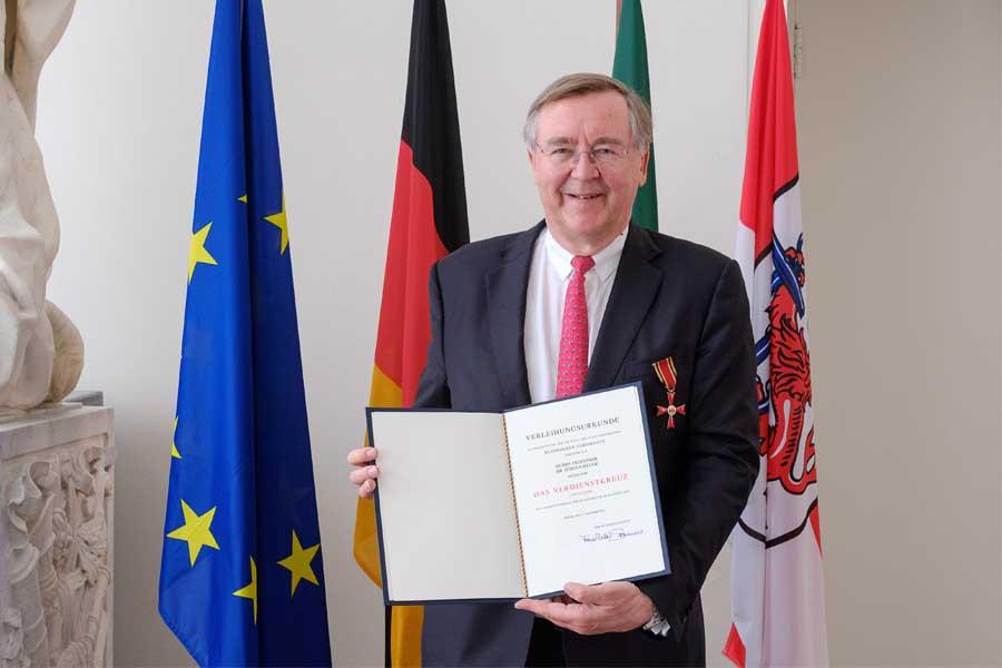 Prof. Dr. Jürgen Kluge erhält Verdienstkreuz(Foto: Stadt Düsseldorf/Uwe Schaffmeister)