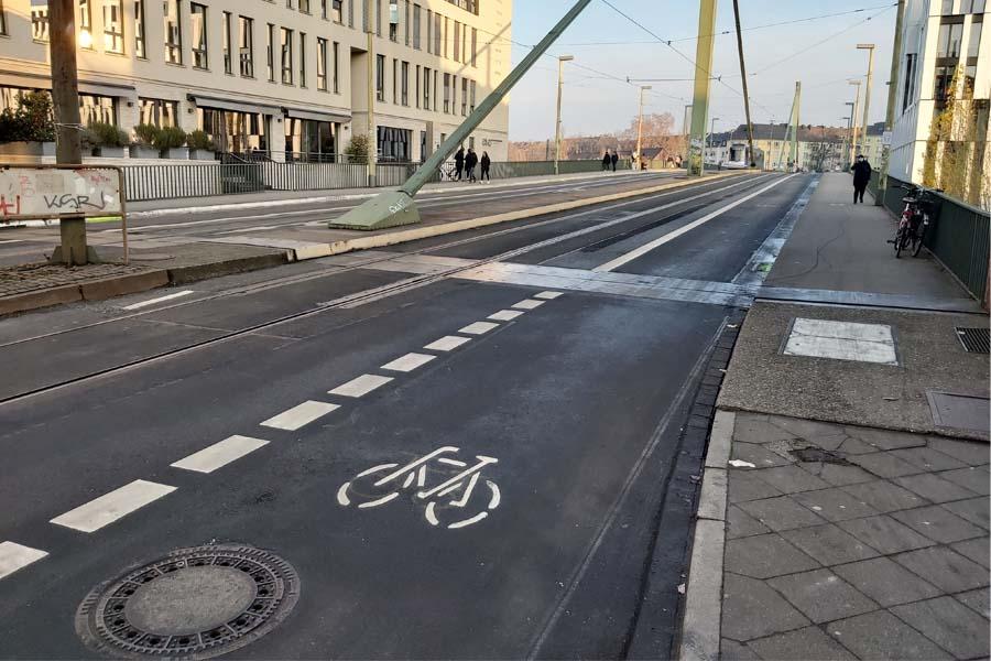 Radfahrer können ab sofort die Franklinbrücke auf einem beidseitig angelegten Radfahrstreifen befahren (Foto: Stadt Düsseldorf/Amt für Verkehrsmanagement)