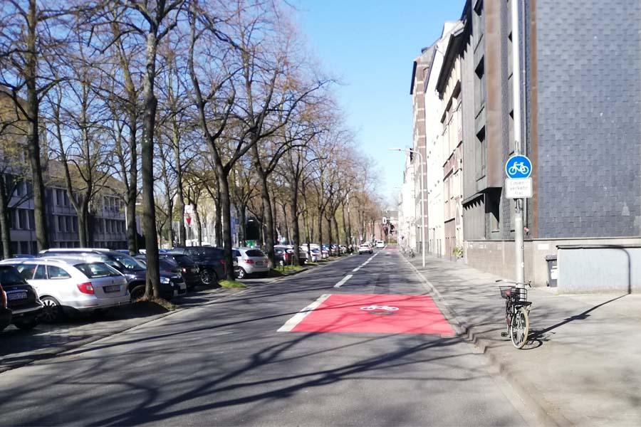 Der eigentliche Beginn der Radverkehrsanlage auf der rechten Spur der Prinz-Georg-Straße wird zusätzlich gekennzeichnet (Foto: Stadt Düsseldorf/Amt für Verkehrsmanagment)
