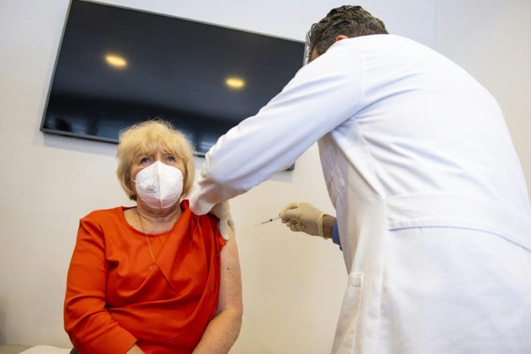 Hausärzteverband bemängelt geringe Anzahl an Impfdosen pro Praxis (© 2021 AFP)