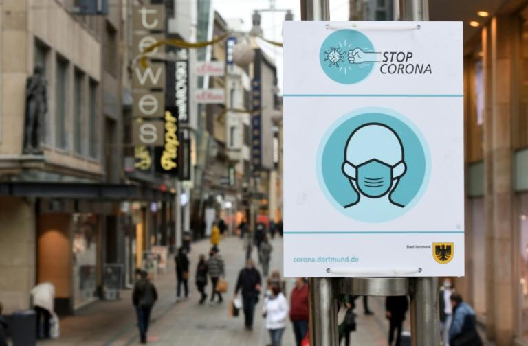 Studie: Menschen halten sich bei Corona für regeltreuer als andere (© 2021 AFP)