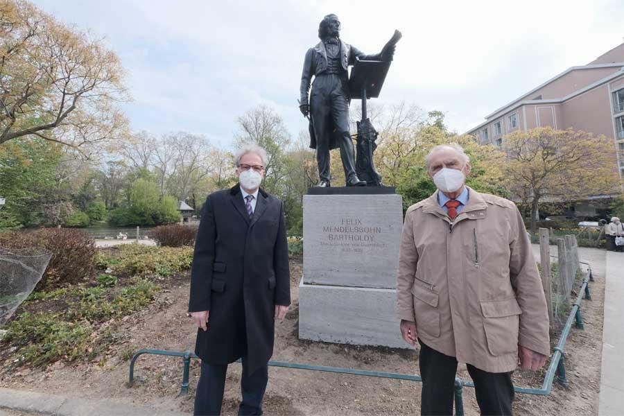 Kulturdezernent Hans-Georg Lohe gemeinsam mit Dr. Edgar Jannott, Mitglied des Vereins zur Wiedererrichtung des Mendelssohn-Denkmals (Foto: S)