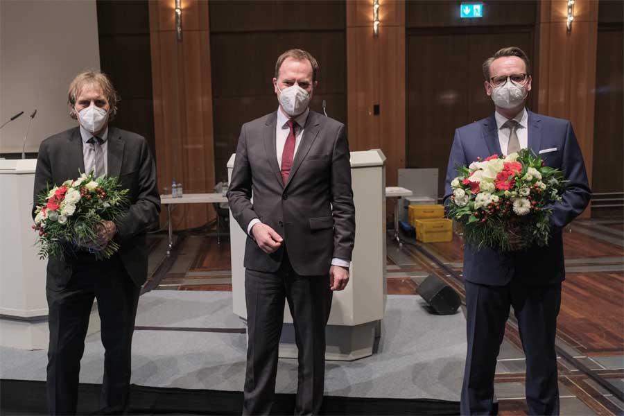 Oberbürgermeister Dr. Stephan Keller (M.) mit Dr. Michael Rauterkus (r.) und Dipl.-Ing. Jochen Kral (Foto: Stadt Düsseldorf/Michael Gstettenbauer)