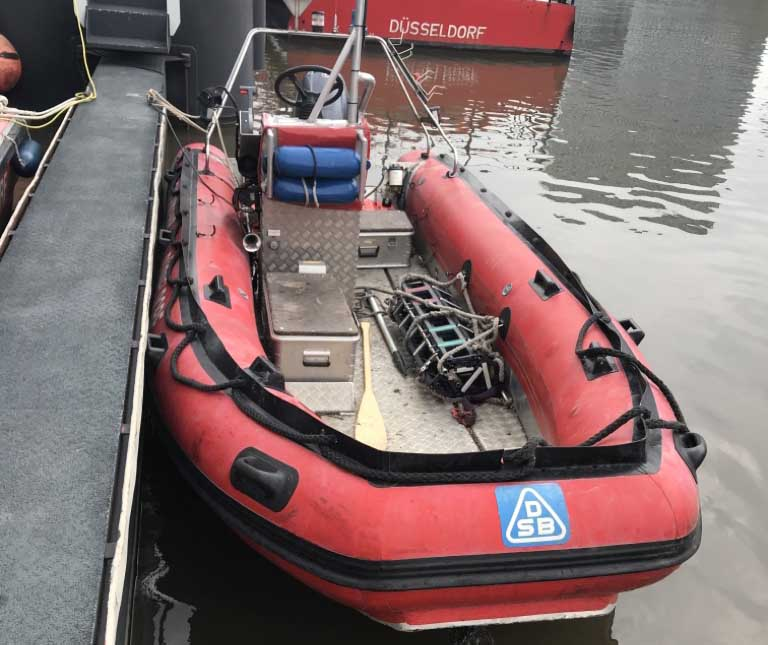 Das Rettungsboot der Feuerwehr Düsseldorf nachdem es in den Hafen eingeschleppt wurde (Foto: Feuerwehr Düsseldorf)