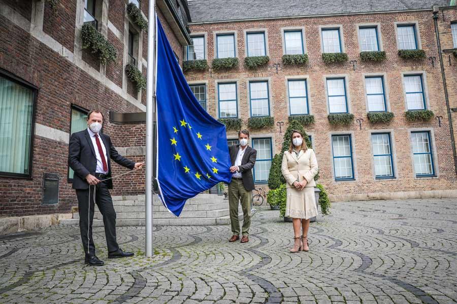 OB Dr. Stephan Keller (l.) hat gemeinsam mit Lídia Nabais, Generalkonsulin von Portugal, sowie Dr. Jens Baganz, Vorstand We are Europe! e.V. (Foto: Stadt Düsseldorf/Melanie Zanin)