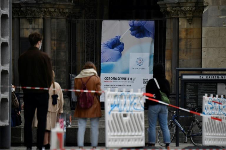 Bundesweite Sieben-Tage-Inzidenz in Deutschland steigt auf über 165 (© 2021 AFP)