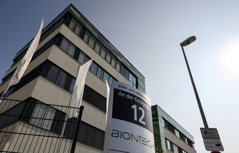 Biontech und Pfizer können 2022 mehr als drei Milliarden Impfdosen produzieren (© 2021 AFP)