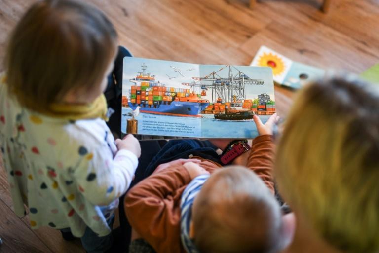 Drei von vier Vätern beziehen Elterngeld nur zwei Monate lang (© 2021 AFP)