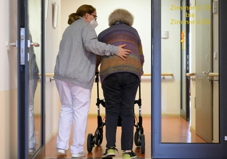Bruttoverdienste in der Pflege 2020 erstmals höher als in der Gesamtwirtschaft (© 2021 AFP)