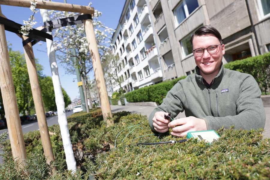 Mithilfe moderner Sensorik bestimmt Gartenamtsmitarbeiter Sascha Ronsdorf-Beer den Feuchtegehalt im Boden (Foto: Stadt Düsseldorf/Ingo Lammert)