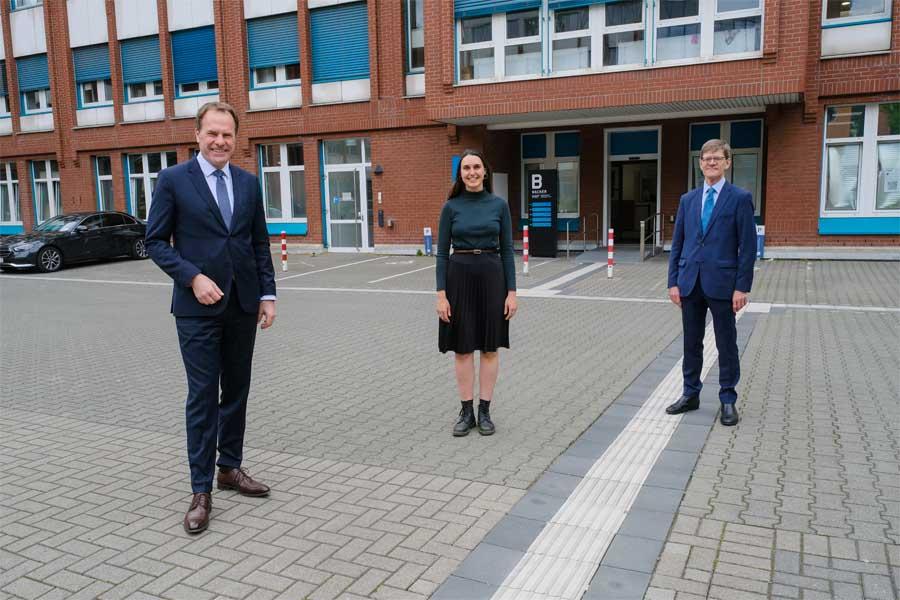 OB Dr. Stephan Keller (links) und der britische Generalkonsul Rafe Courage mit der Britin Ellie Nias (Foto: Stadt Düsseldorf/Michael Gstettenbauer)