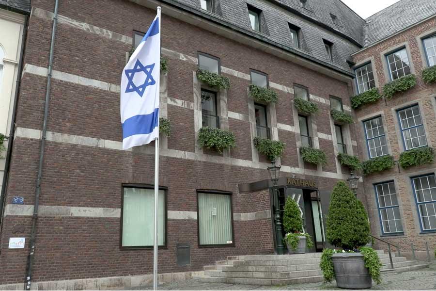 Israel-Fahne vor dem Rathaus als sichtbares Zeichen gegen Antisemitismus (Foto: Stadt Düsseldorf)