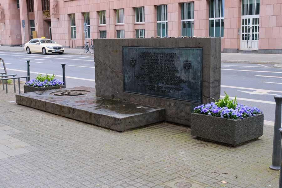 Der Gedenkstein an der Kasernenstraße wurde 1983 aufgestellt (Foto: Stadt Düsseldorf/Michael Gstettenbauer)