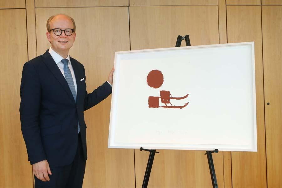 Andre Kuper, Präsident des Landtags, hat das Beuys-Werk im Landesparlament vorgestellt (Foto: Bernd Schälte/Landtag NRW)