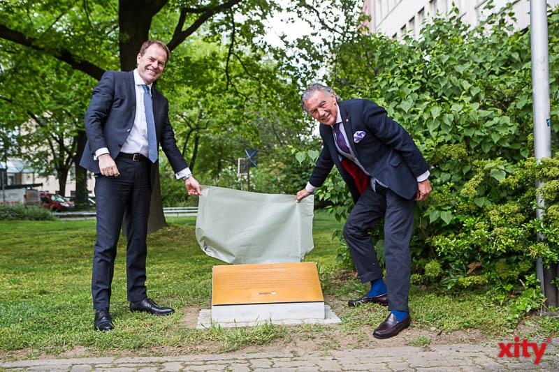 OB Dr. Stephan Keller und Wolfgang Rolshoven bei der Enthüllung der Gedenktafel für Joseph Beuys. (Foto: xity)