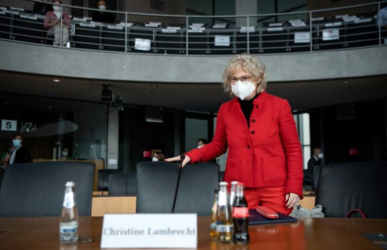 Lambrecht lehnt Strafverschärfung bei Impfpass-Fälschung ab (© 2021 AFP)
