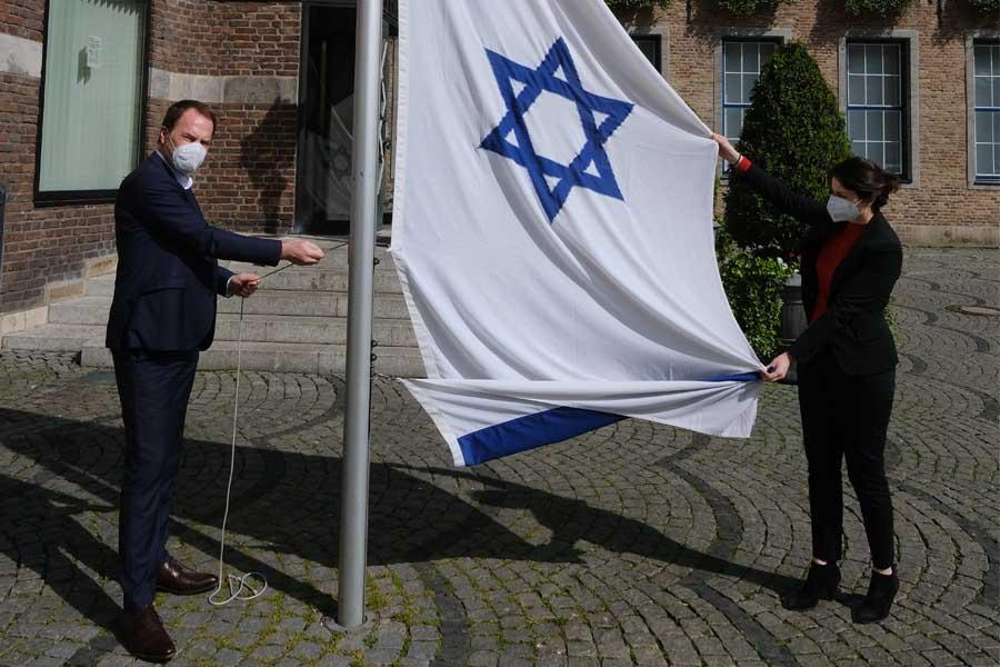 Oberbürgermeister Dr. Stephan Keller hat nach dem Brandanschlag am Rathaus persönlich eine neue Israel-Fahne gehisst (Foto: Stadt Düsseldorf/Michael Gstettenbauer)
