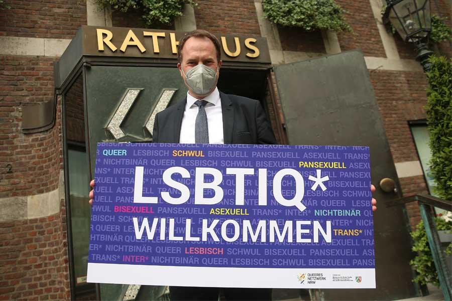 """Anlässlich des IDAHOBIT beteiligt sich OB Dr. Stephan Keller mit einer Fotobotschaft an der Aktion """"LSBTIQ* willkommen!"""" (Foto: Foto Düsseldorf/David Young)"""