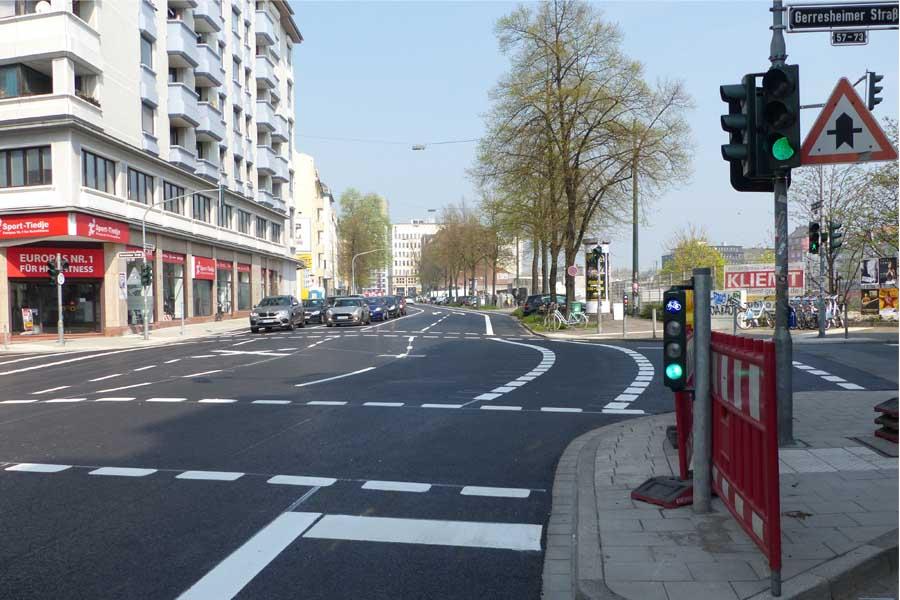 Um Fläche für den Radverkehr zu schaffen wurde die Kreuzung mit der Gerresheimer Straße aufwendig umgestaltet (Foto: Stadt Düsseldorf, Amt für Verkehrsmanagement)