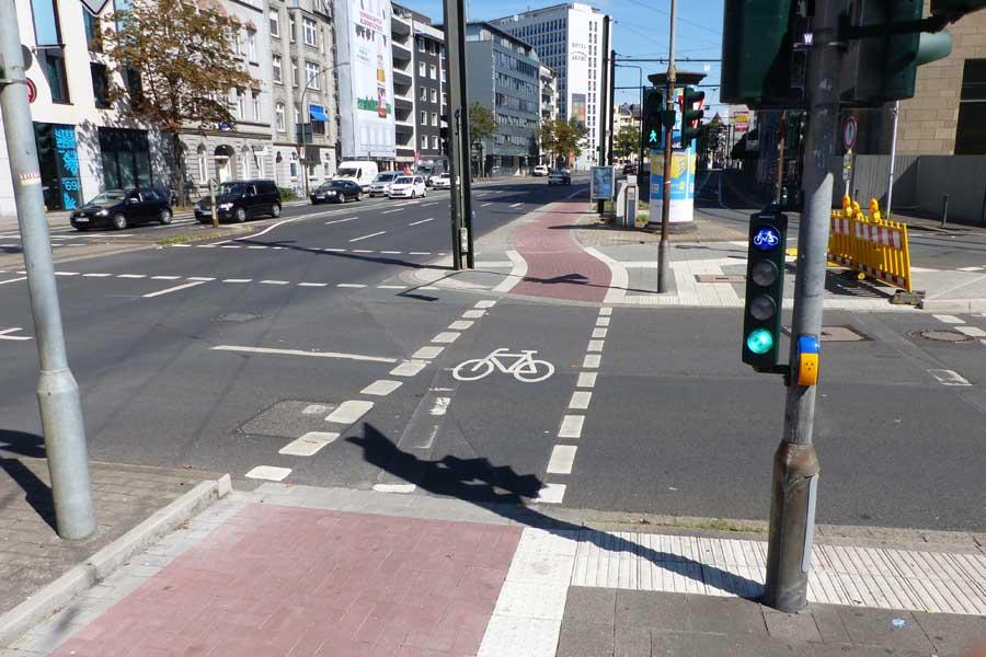 Gleichzeitig wurden auch die Ampeln an den Einmündungen von Bismarck-, Friedrich-Ebert- und Kurfürstenstraße umgebaut (Foto: Stadt Düsseldorf, Amt für Verkehrsmanagement)