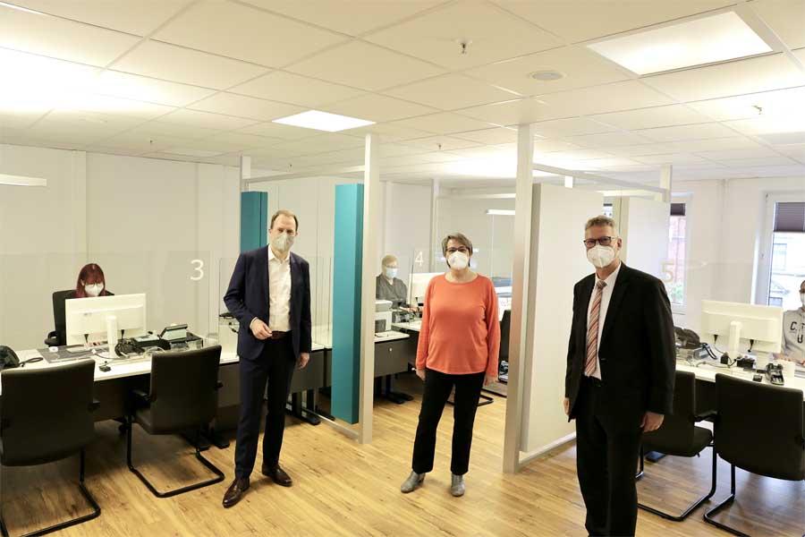 OB Dr. Stephan Keller, Harald Wehle (Leiter der Amtes für Einwohnerwesen, r.) mit dem Team des Bürgerbüros Holthausen (Foto: Stadt Düsseldorf/Ingo Lammert)
