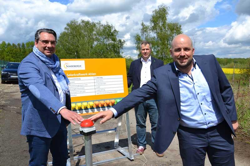 Symbolische Inbetriebnahme des Solarpark Ahlen: v.l. Dr. Alexander Berger, Vertriebsleiter Dirk Willing, Gerd Schöller. (Foto: Stadt Ahlen)