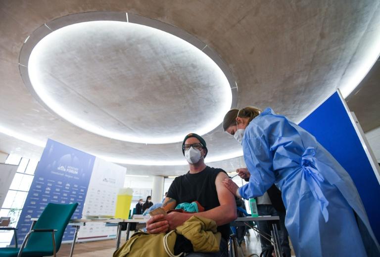Kassenärzte hoffen auf steigende Liefermenge nach Wegfall der Impf-Reihenfolge (© 2021 AFP)