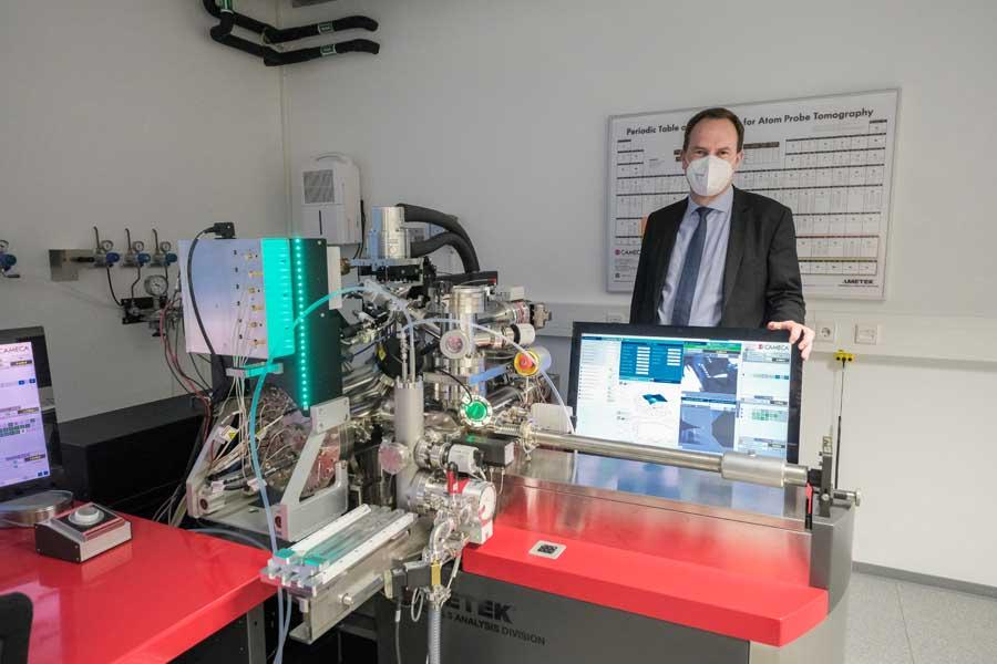 Oberbürgermeister Dr. Stephan Keller in einem Labor (Foto: Stadt Düsseldorf/Michael Gstettenbauer)