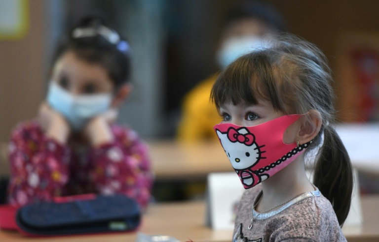 Für Kinder unter 16 reicht in Bus und Bahn künftig die einfache OP-Maske (© 2021 AFP)