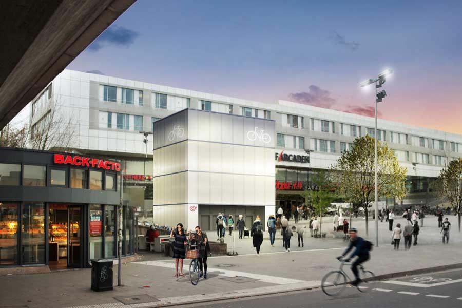 Der Fahrradturm aus Stahlprofilen mit illuminierter Glasfassade vor den Düsseldorf Arcaden (Foto: sop architekten)