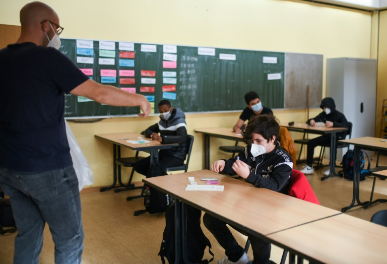 Bildungsministerin fordert Impfangebot für Jugendliche bis zum Ende der Sommerferien (© 2021 AFP)