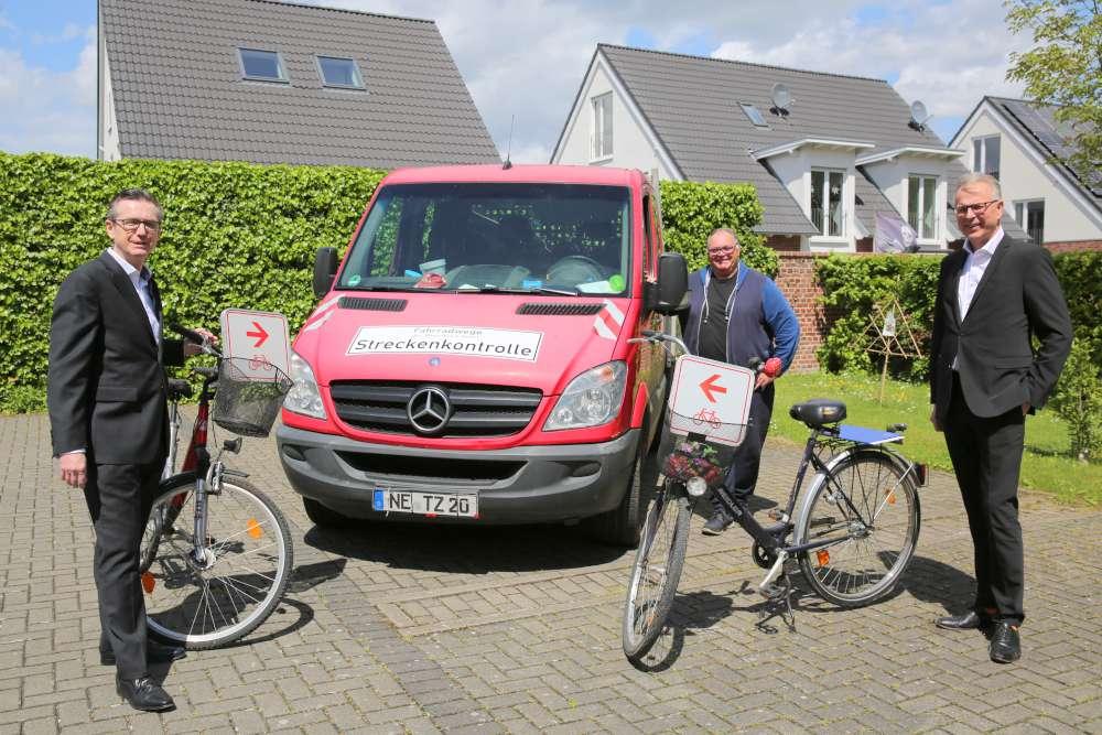 Kreisdirektor Dirk Brügge (r.) mit TZG-Geschäftsführer Raimund Franzen (l.) und Theo Oerdinger (Foto: Rhein-Kreis Neuss)