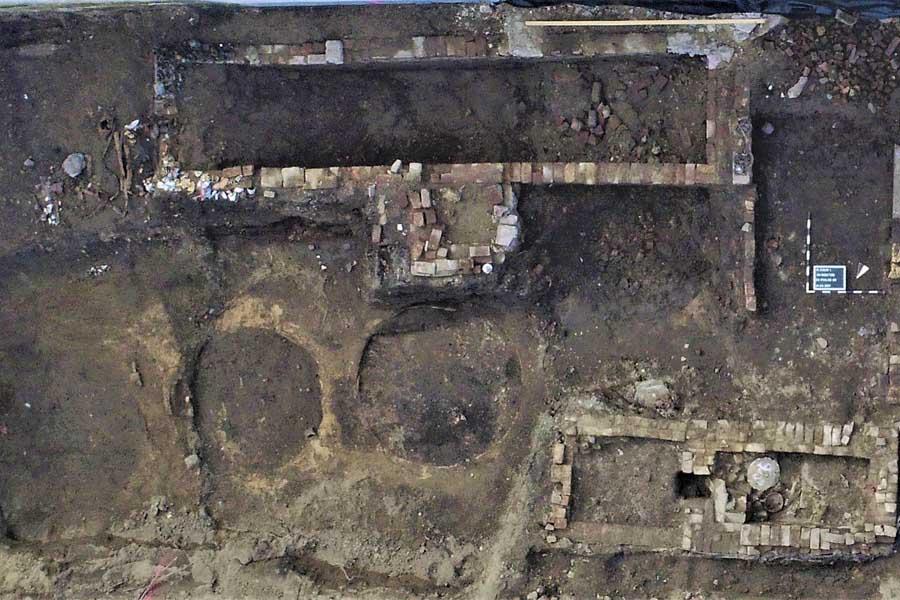 Kreisrunde Umrisse der Holzfässer im Boden erkennbar (Foto: Planum1 GmbH, Erftstadt)