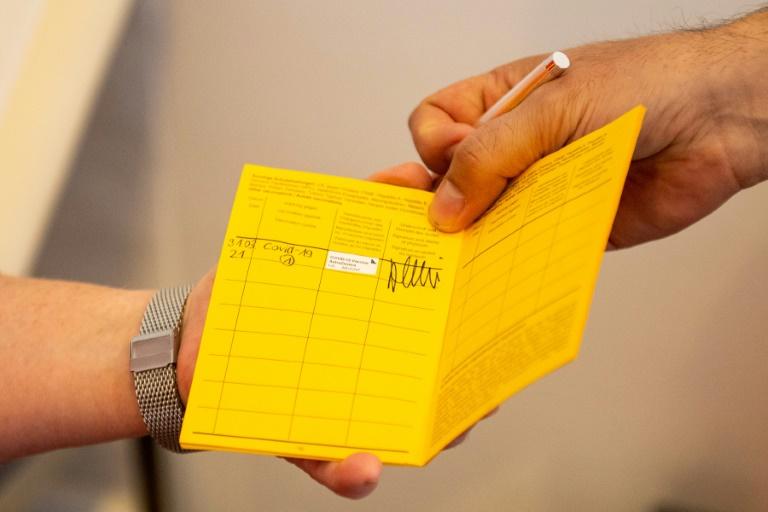 Feldtests zur Einführung des digitalen Impfpasses gestartet (© 2021 AFP)