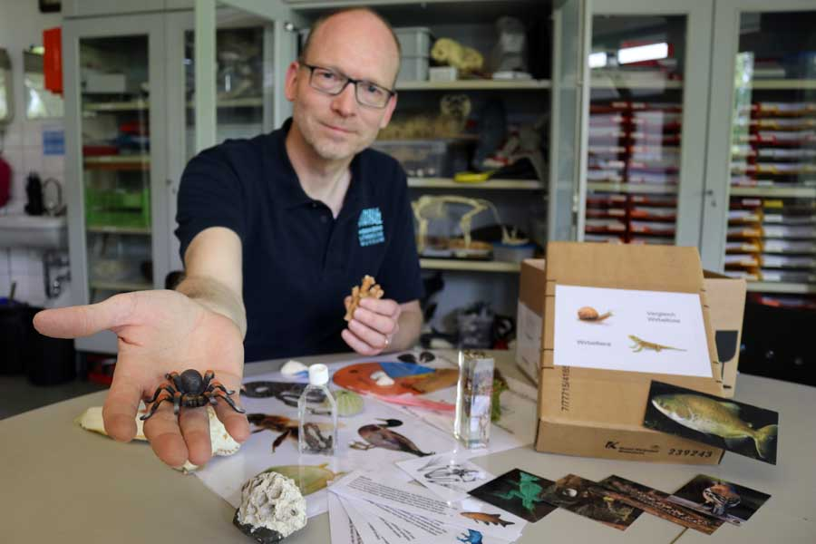 "Dr. Elmar Finke, Leiter der Abteilung ""Naturbildung"" im Aquazoo, präsentiert den Inhalt der Themenboxen (Foto: Aquazoo Löbbecke Museum)"