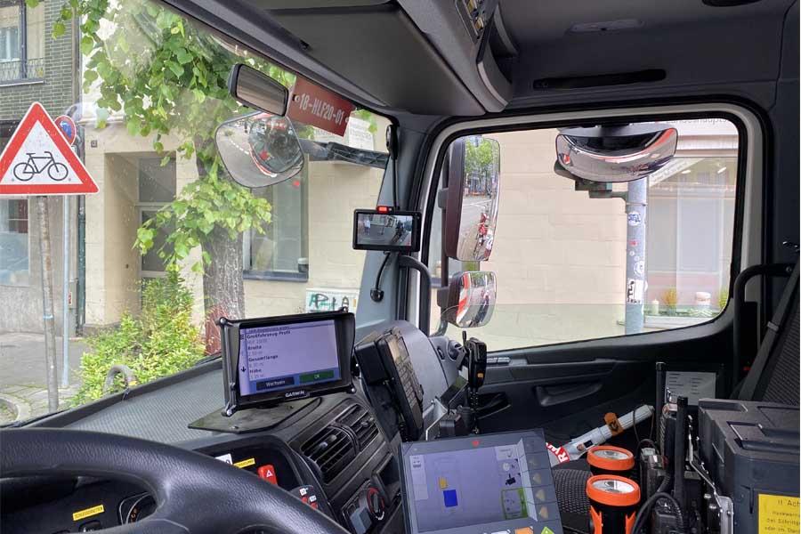 Der kleine Monitor an der A-Säule zeigt das Kamerbild sowie mit der roten LED ein sich bewegendes Objekt an (Foto: Stadt Düsseldorf/Feuerwehr)