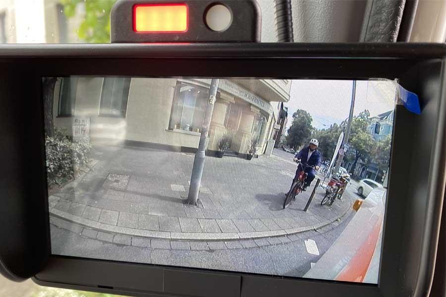 Während die rote LED mit einem akustischen Alarm den Fahrer warnt, ist der Radfahrer ebenfalls auf dem Bildschirm zu sehen (Foto: Stadt Düsseldorf/Feuerwehr)