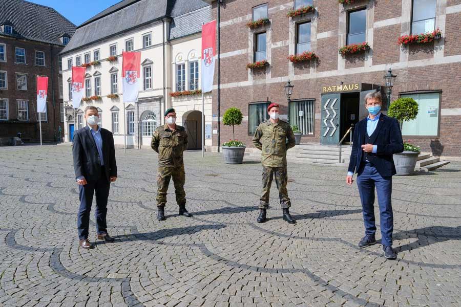 Bürgermeister Josef Hinkel dankt Bundeswehr für ihren Einsatz im Gesundheitsamt (Foto: xity)