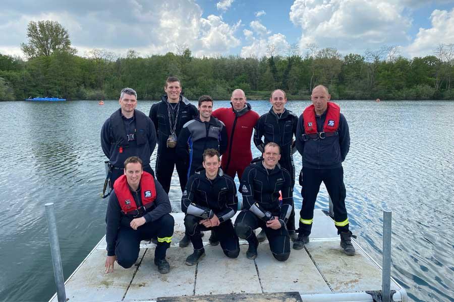 Die sechs neuen Feuerwehrtaucher und zwei Lehrtaucher mit dem leitenden Lehrtaucher Christian Ruda (Foto: Stadt Düsseldorf/Feuerwehr)
