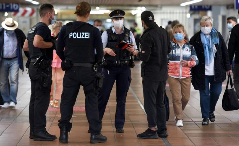 Städte beklagen zunehmende Übergriffe auf Mitarbeiter bei Corona-Kontrollen (© 2021 AFP)