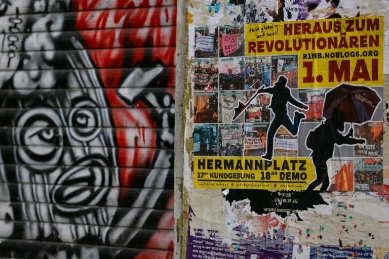 Linke und sogenannte Querdenker demonstrieren am Tag der Arbeit in Berlin (© 2021 AFP)