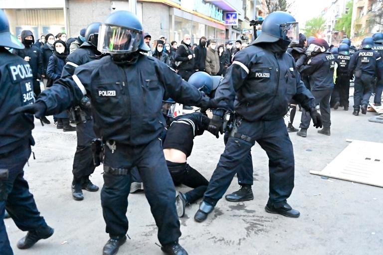 Ausschreitungen bei traditioneller 1. Mai-Demonstration in Berlin (© 2021 AFP)