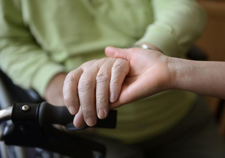 Hunderttausende müssen für Angehörigen-Pflege Job einschränken oder aufgeben (© 2021 AFP)