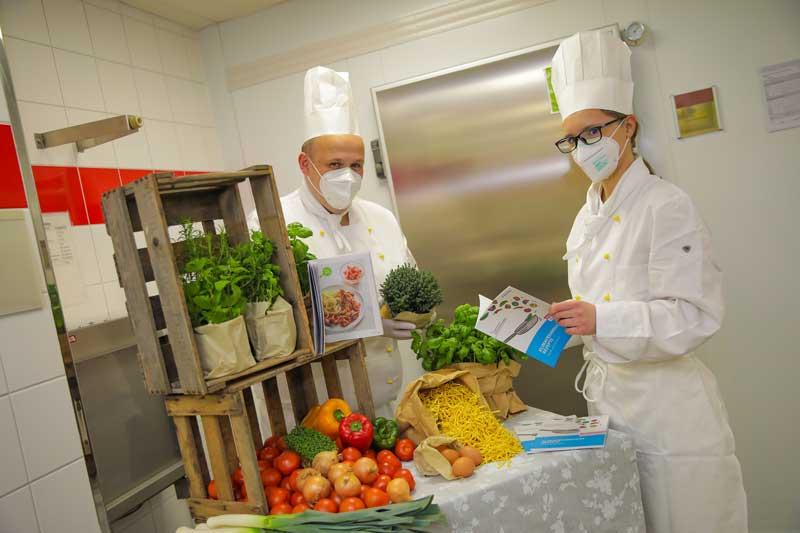 Stefan Rohde und Chloé Cattiaut in der Küche der Sozia-Holding an der August-Monforts-Straße. (Foto: Sozial-Holding)